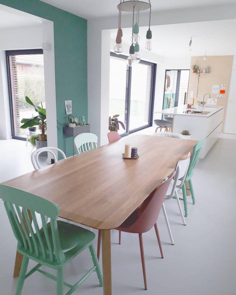 Kleurrijk huis met lichtgrijze gietvloer