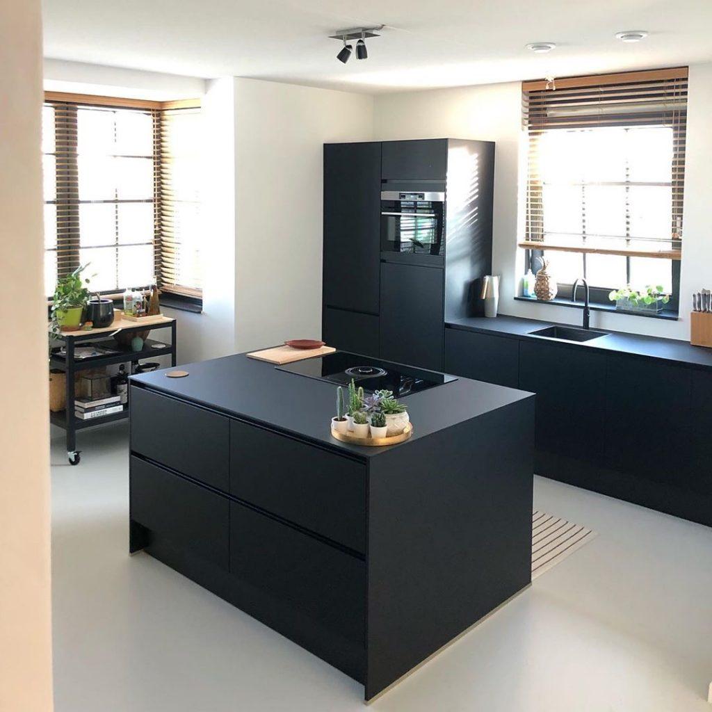 Lichtgrijze gietvoer en zwarte keuken