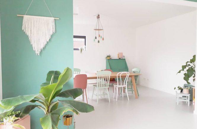 Lichtgrijze gietvloer in kleurrijk huis