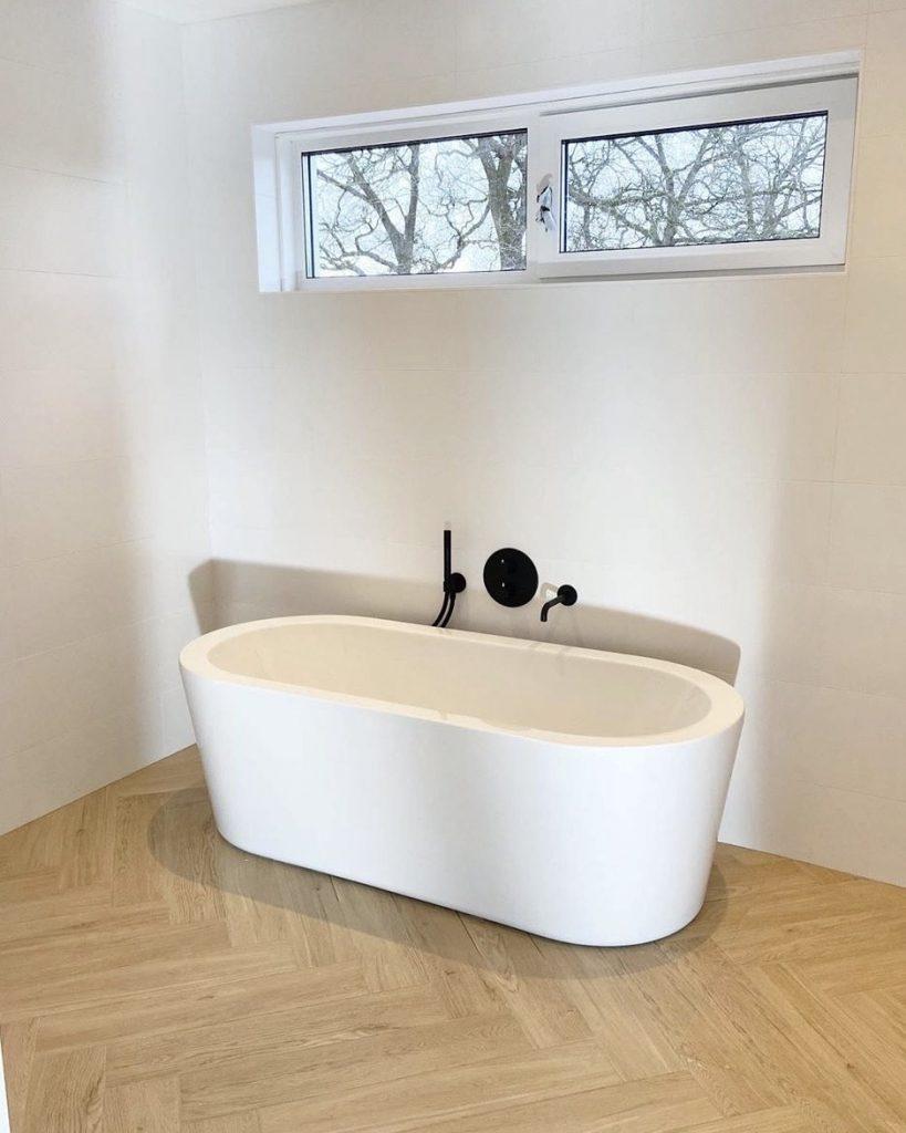 Keramisch parket in visgraatmotief in de badkamer