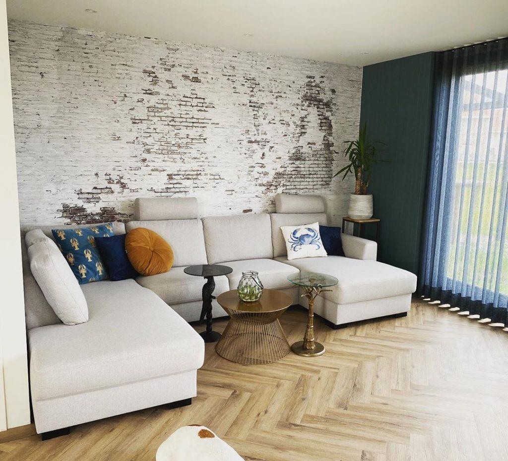 Behang in de woonkamer. Oude muur behang