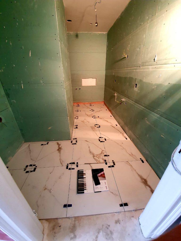 Marmeren tegels in de badkamer.