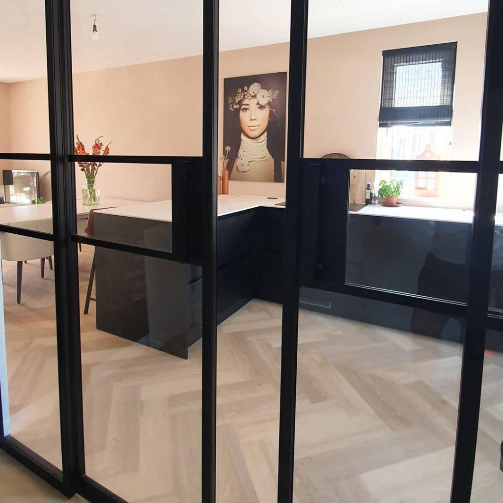 Glazen deuren naar de keuken