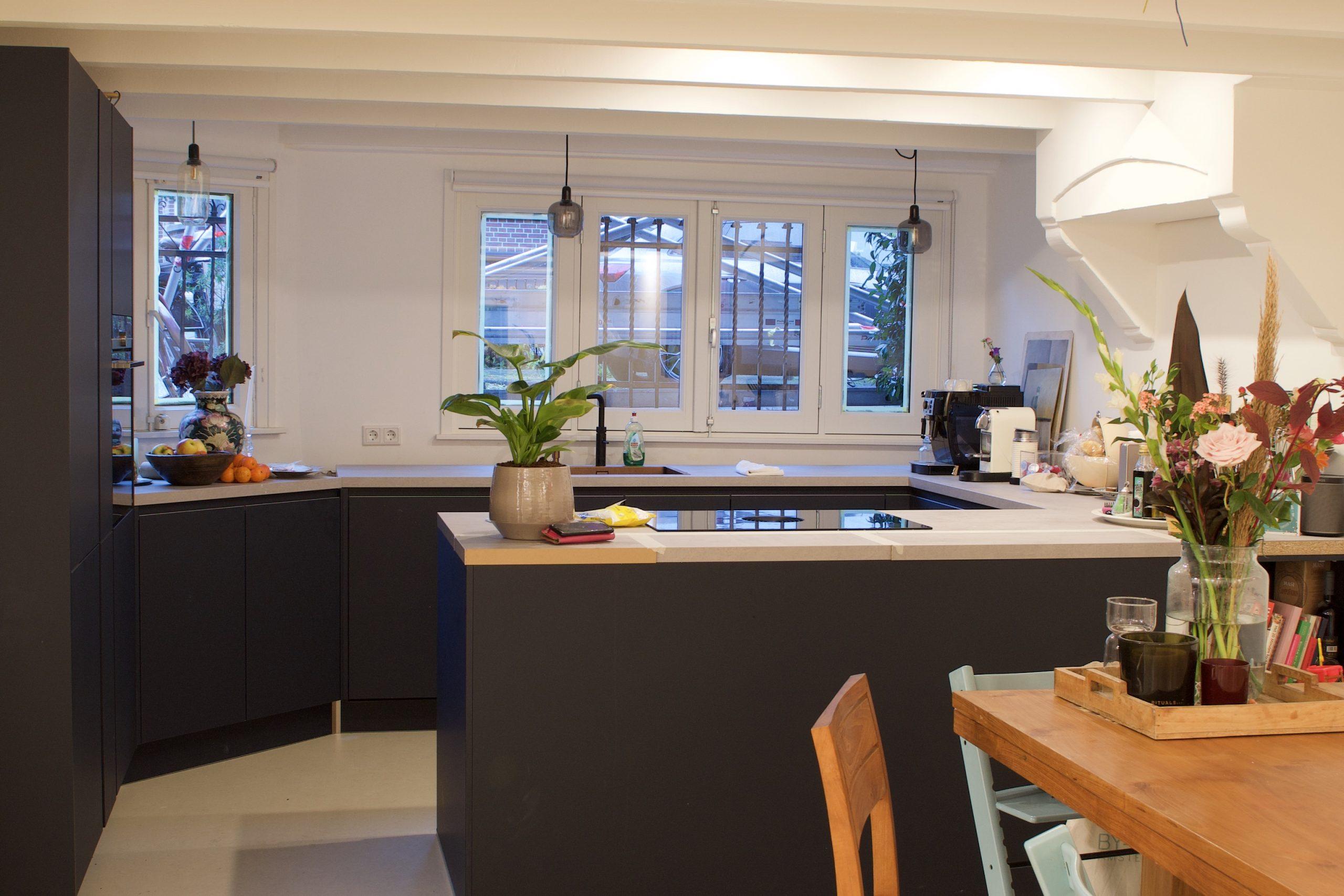 zwarte keuken. verbouwing en nieuw huis mythes