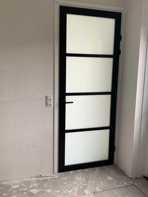 Industriele deur met melkglas