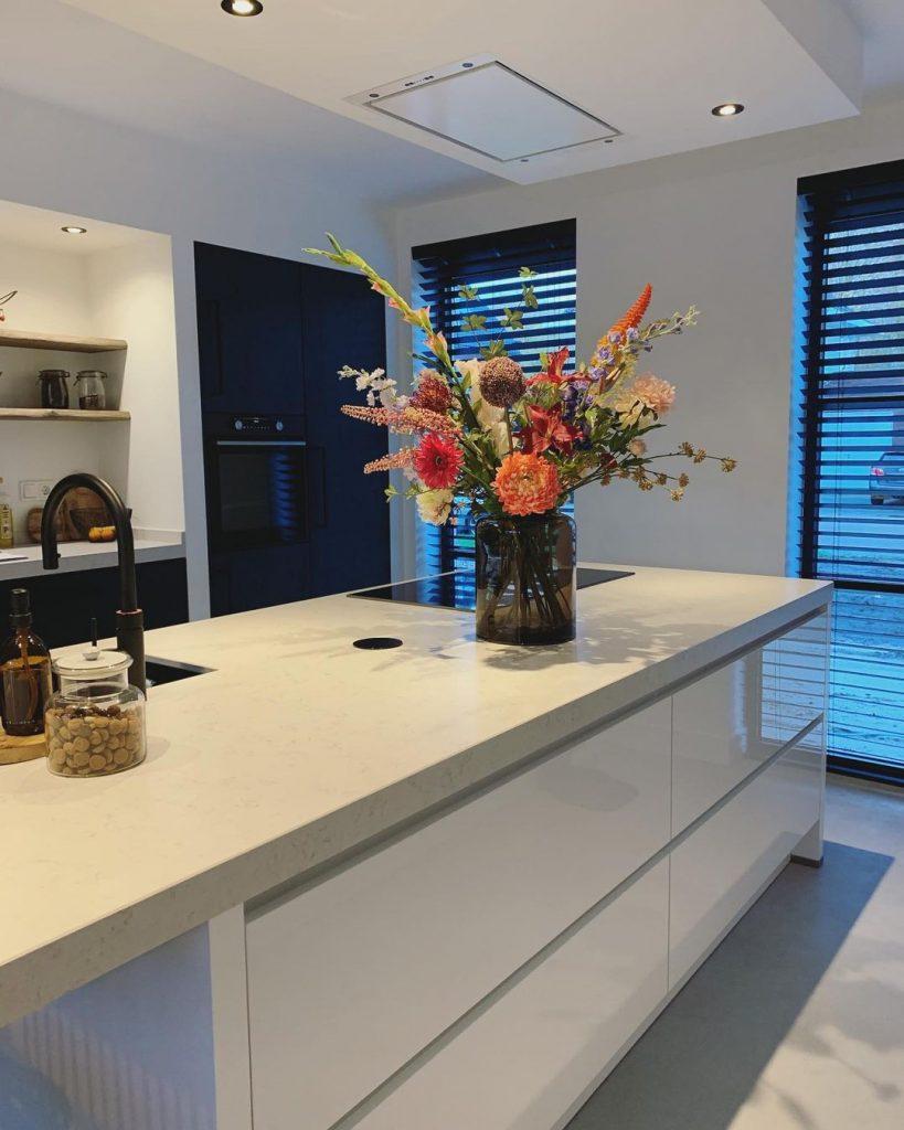Keuken inspiratoe 2021. Zwart met witte keuken met kookeiland.